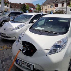 Koliko stane električni avtomobil na mesec ?