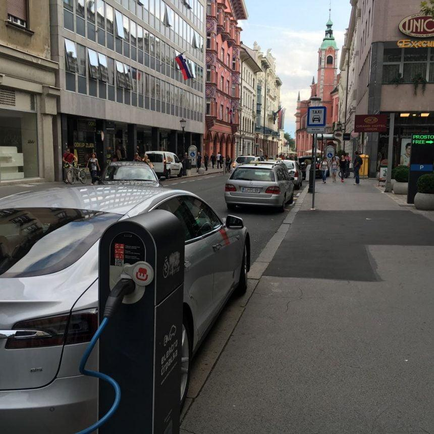 Pravilno parkiranje med polnjenjem v Ljubljani