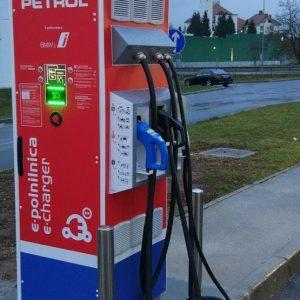Petrol pobarval rdeče še zadnjo belo liso