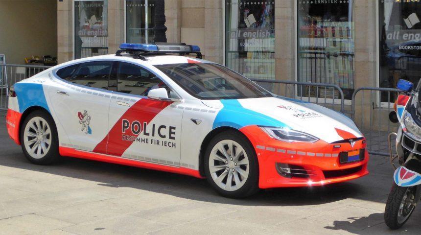 Policija leta 2021 za prehitrimi vozniki z vozilom na fosilni pogon